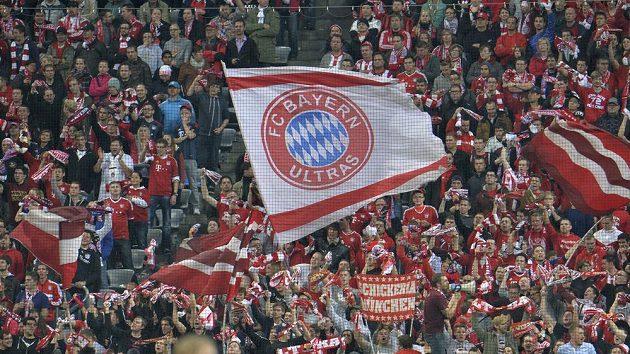 Fanoušci Bayernu Mnichov slaví pětigólovou výhru nad Plzní.