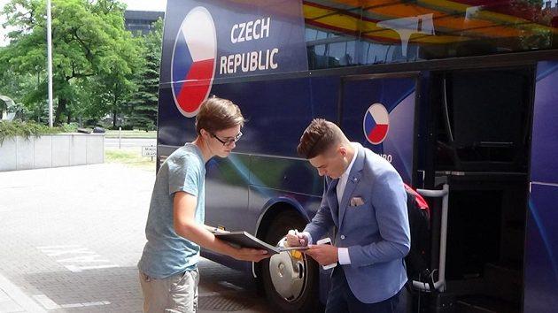 Útočník Patrik Schick se podepisuje jednomu z lovců autogramů po příjezdu české fotbalové reprezentace do 21 let na ME do Polska.