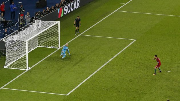 Pravá tyč branky rakouského gólmana Almera zastavila penaltový pokus Cristiana Ronalda.