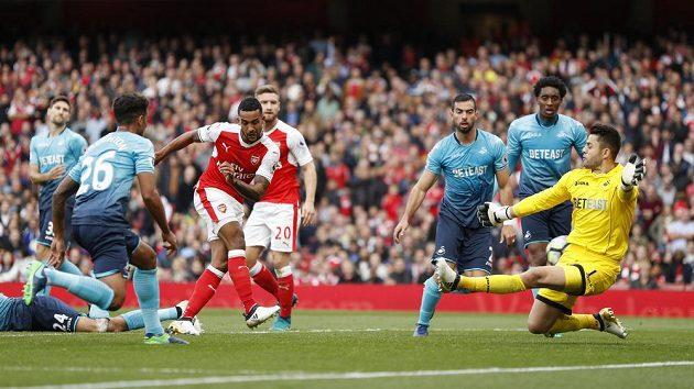 Fotbalista Arsenalu Theo Walcott střílí gól do sítě Swansea.