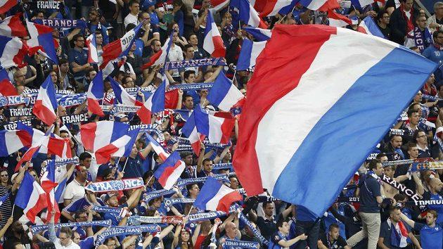 Fanoušci Francie během zápasu s Rumunskem.
