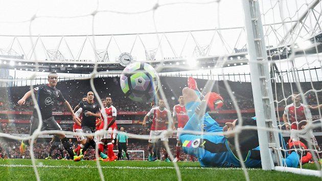 Míč je v bráně Arsenalu. Dušan Tadič ze Southamptonu pálil z přímého kopu, Petr Čech vyrážel na břevno, pak se balón od těla českého gólmana odrazil do sítě.