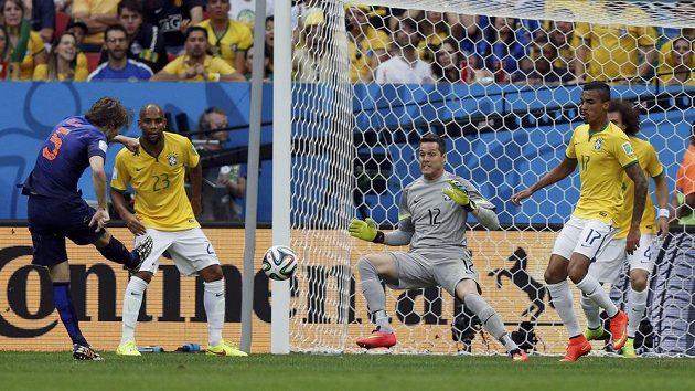 Nikým nehlídaný Nizozemec Daley Blind zvyšuje v duelu s Brazílií na 2:0.