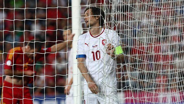 Zklamaný kapitán české fotbalové reprezentace Tomáš Rosický. Národní tým s Arménií prohrál.