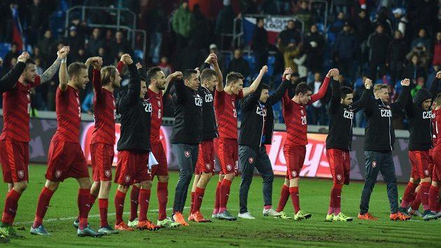 Čeští fotbalisté se radují z vítězství nad Srby a děkují fanouškům v Ostravě.