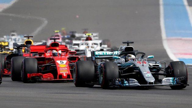 Start závodu na okruhu Paula Ricarda v Le Castellet. V čele pozdější vítěz Lewis Hamilton na mercedesu.