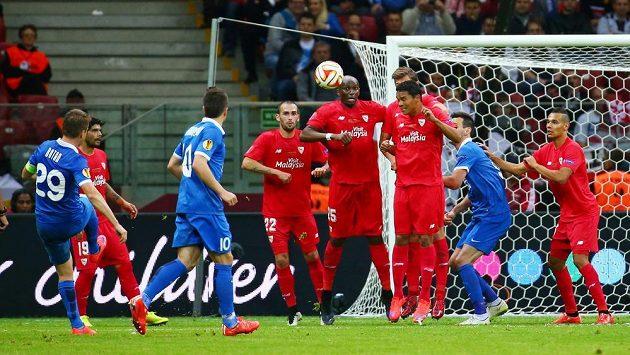 Ukrajinský záložník Rotan (29) střílí vyrovnávací na 2:2 během finále Evropské ligy proti Seville.