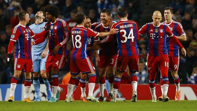 Xabi Alonso (čtvrtý zprava) oslavuje se spoluhráči z Bayernu svoji vyrovnávací trefu do sítě Manchesteru City.
