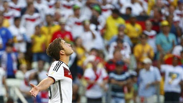 Němec Mario Götze oslavuje svou trefu proti Ghaně.