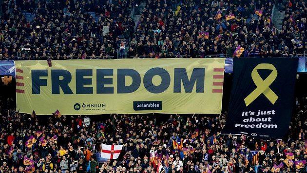 """Barcelonští fanoušci vyvěsili před zápasem s Chelsea transparent s nápisem """"Svoboda""""."""