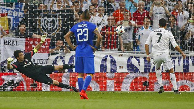 Cristiano Ronaldo z Realu Madrid (vpravo) překonává z penalty gólmana Juventusu Gianluigiho Buffona.