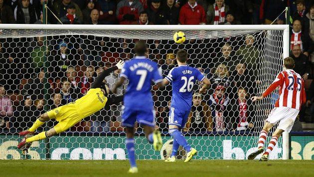 Brankáře Chelsea Petr Čech inkasuje branku po střele Oussamy Assaidiho ze Stoke.