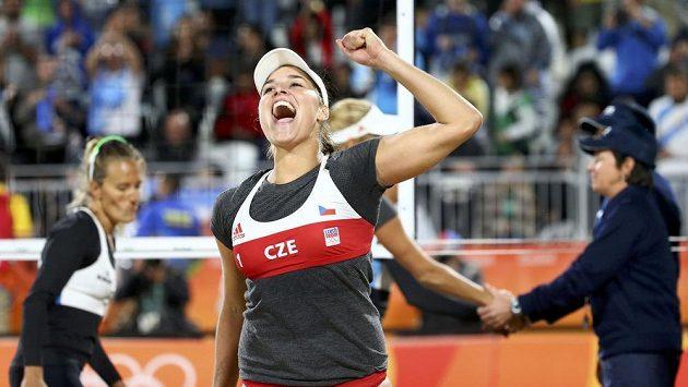 Česká beachvolejbalistka Barbora Hermannová slaví výhru nad Argentinkami.