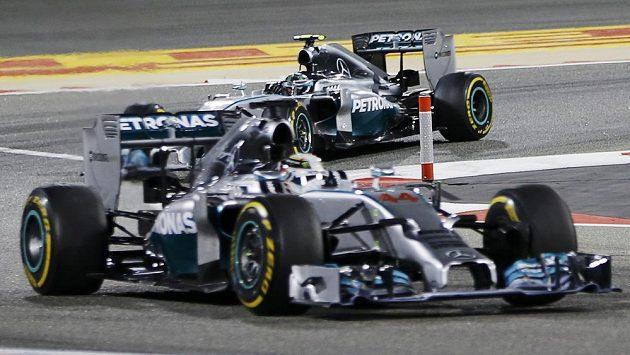 Piloti stáje Mercedes. Vpředu Brit Lewis Hamilton, druhý Nico Rosberg z Německa.
