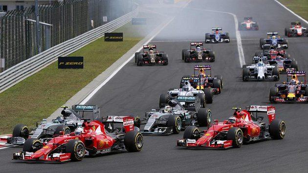 Sebastian Vettel (druhý zleva), německý pilot Ferrari, nejlépe odstartoval do Velké ceny Maďarska.