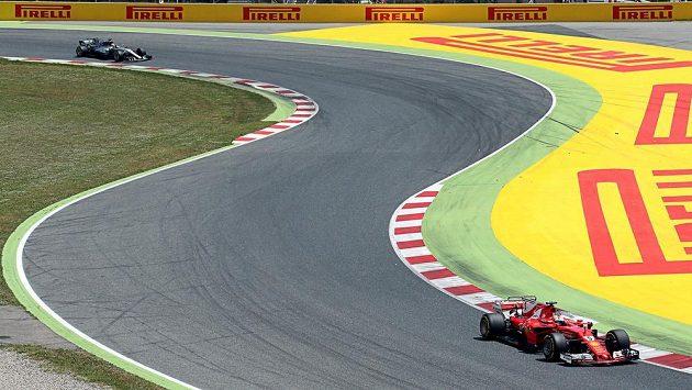 Sebastian Vettel na ferrari na v čele velké ceny Španělska.