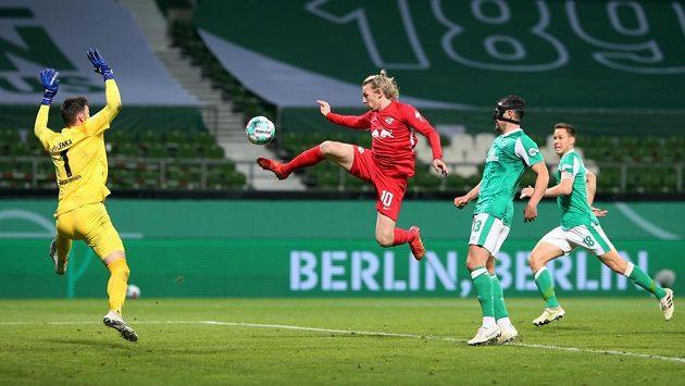 Brankář Jiří Pavlenka z Werderu Brémy inkasuje rozhodující gól v semifinále Německého poháru s Lipskem.