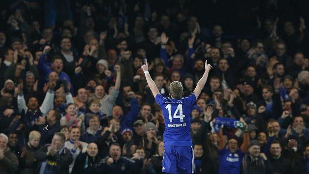 Záložník Chelsea André Schürrle slaví gól proti Sportingu.