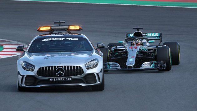 Lewis Hamilton na začátku Velké ceny Španělska F1 musel jet za safety carem. Hned v úvodu totiž pár jezdců bouralo.