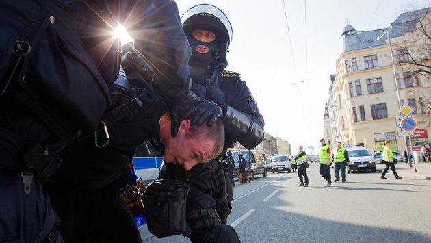 Policie zasahuje před zápasem proti sparťanským fanouškům.