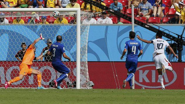 Brankář Itálie Gianluigi Buffon inkasuje gól od Kostaričana Bryana Ruíze (vpravo).