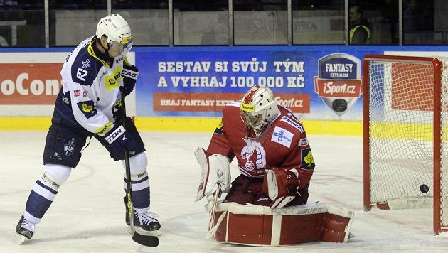 Kladenský útočník Petr Tenkrát z Kladna (vlevo) sleduje puk, který míří za záda třineckého brankáře Petera Hamerlíka. Autorem gólu byl Michal Dragoun (není na snímku).