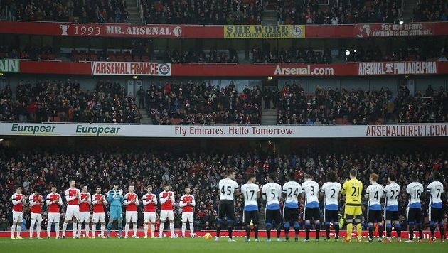 Fotbalisté Arsenalu a Newcastlu si minutou ticha připomněli zesnulého brankáře Pavla Srníčka.