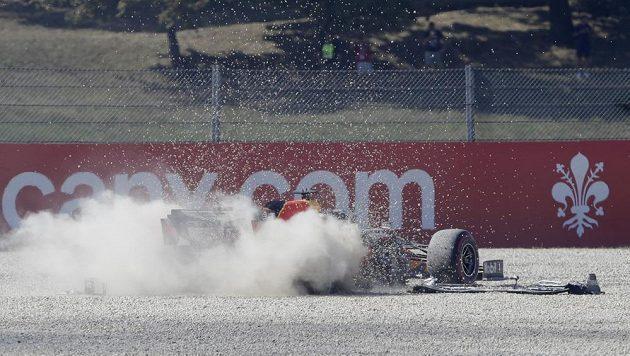 Nizozemec Max Verstappen po kolizi uvízl ve štěrku.