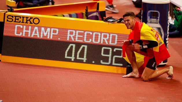 Španěl Oscar Husillos už pózoval fotografům u tabule s novým rekordem šampionátu, který vytvořil ve finále běhu na 400 metrů. Radoval se však předčasně...