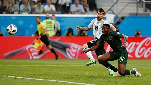 Míč míří do sítě, Argentina jde do vedení zásluhou Lionela Messiho (10). Marná je snaha Nigerijce Kennetha Omerua.