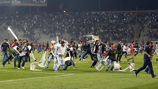 Fanoušci Besiktasu byli tak naštvaní, že na hrací ploše mlátili plastovými židlemi.