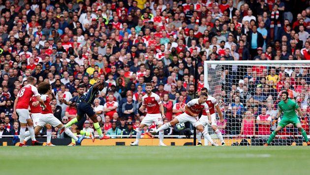 Raheem Sterling z Manchesteru City napřáhl a míč skončil za zády brankáře Arsenalu Petra Čecha.
