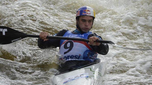 Český vodní slalomář Vavřinec Hradilek během kvalifikace MS ve vodním slalomu v kategorii K1 v Praze.