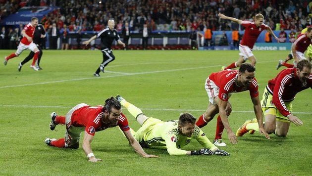 Gareth Bale a Wayne Hennessey oslavují vítězství nad Belgií ve čtvrtfinále Eura.