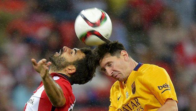 Mikel Balenziaga z Bilbaa (vlevo) v souboji s barcelonským Lionelem Messim při prvním zápase o španělský Superpohár.