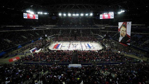 Zápas Ruska s Finskem se odehrál pod širým nebem na fotbalovém stadionu.