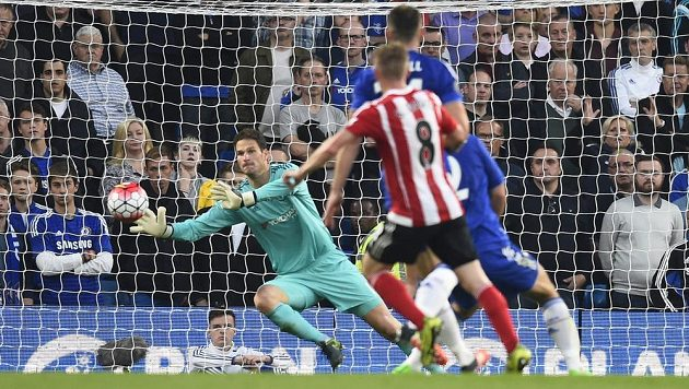 Steven Davis ze Southamptonu překonává gólmana Chelsea Asmira Begoviče.