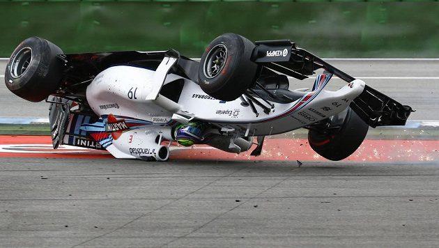 Williams brazilského pilota Felipeho Massy se na Hockenheimringu ocitl hned v první zatáčce v kotrmelcích.