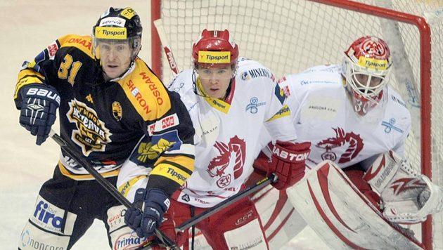 V tlačenici před brankou (zleva) Václav Skuhravý z Litvínova a třinečtí Vladimír Roth a gólman Šimon Hrubec.