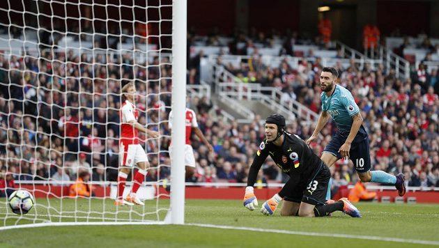 Gólman Arsenalu Petr Čech jen bezmocně sleduje, jak míč míří do jeho brány v duelu se Swansea.