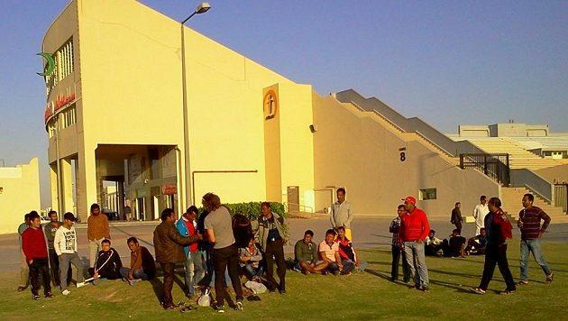 Volno tráví většina dělníků na prostranstvích uvnitř města. K dispozici mají kino, kavárny, posilovny, ale třeba i hřiště na kriket či fotbal.