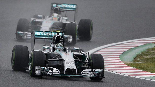 Lewis Hamilton v čele závodu v Suzuce.