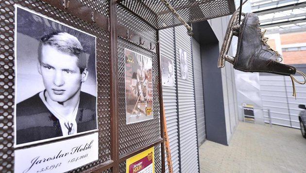 Ve věku 72 let zemřel legendární hokejista Jaroslav Holík. V těsné blízkosti Horáckého zimního stadiónu, kde hrál hokej více než 18 let, vzniklo pietní místo.