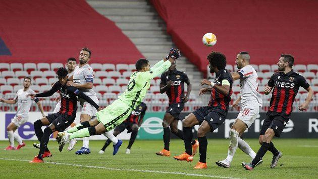 Brankář Nice Walter Benítez v akci v utkání proti Beer Ševě.