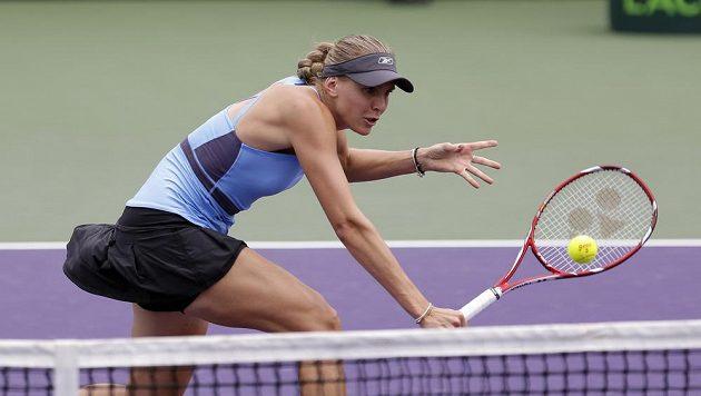 Nicole Vaidišová u sítě v zápase s Rumunkou Simonou Halepovou.