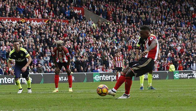 Jermain Defoe ze Sunderlandu proměňuje penaltu proti Arsenalu.