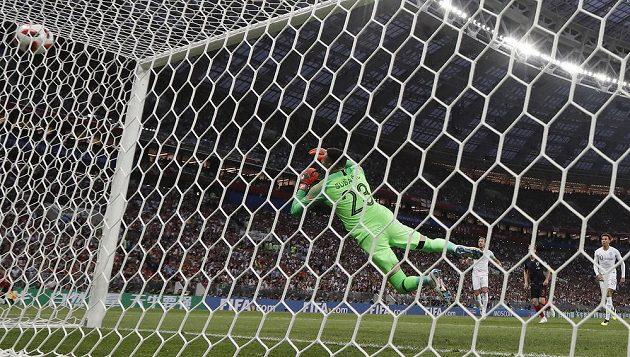 Rána Angličana Kierana Trippiera skončila v síti. Chorvatský brankář Danijel Subašič neměl nárok. Anglie vedla v semifinále MS 1:0.