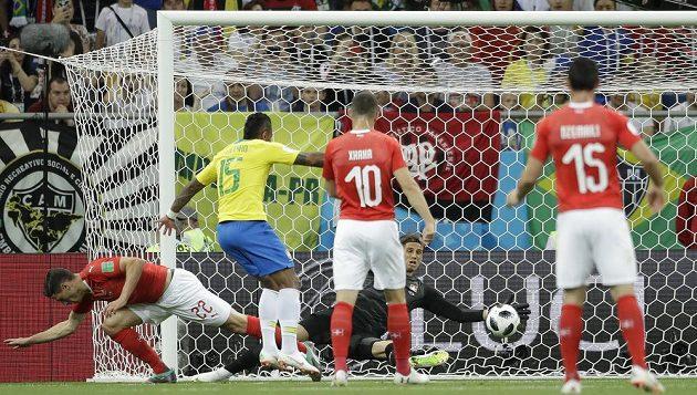 Brazilec Paulinho se snaží překonat švýcarského brankáře Yanna Sommera.