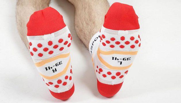 Zespodu vypadají ponožky jako reverzní muchomůrky.