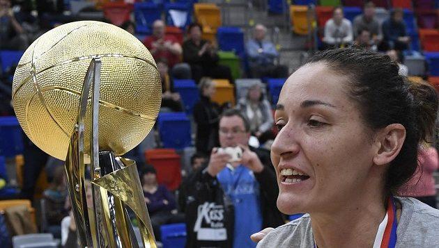 Kapitánka vítězného týmu USK Praha Laia Palauová s trofejí.